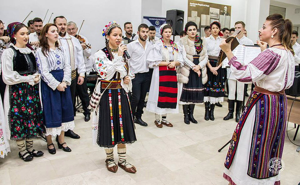 oana-lianu-concerte-in-calitate-de-dirijor-al-ansamblului-folcloric-al-facultatii-de-arte-al-universitatii-din-oradea-1