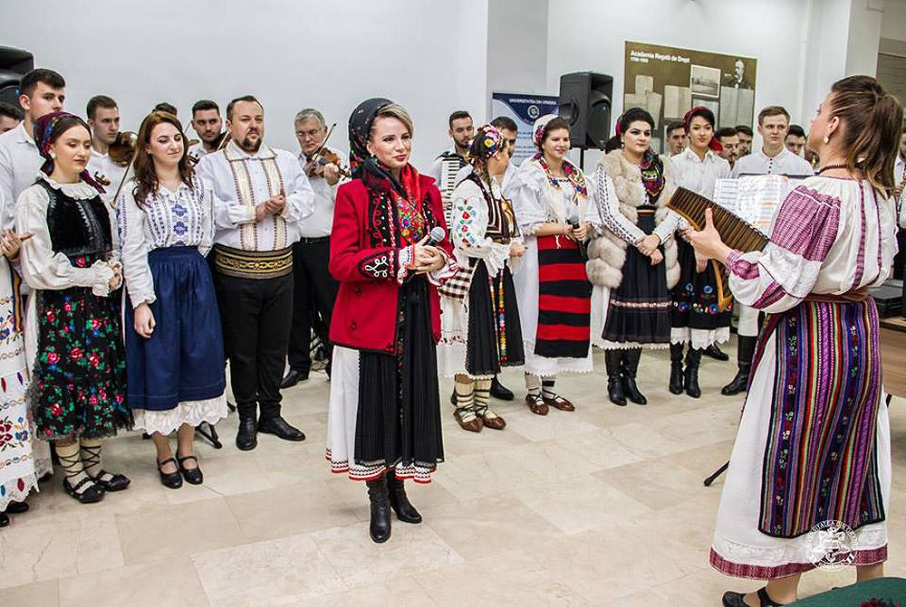 oana-lianu-concerte-in-calitate-de-dirijor-al-ansamblului-folcloric-al-facultatii-de-arte-al-universitatii-din-oradea-2